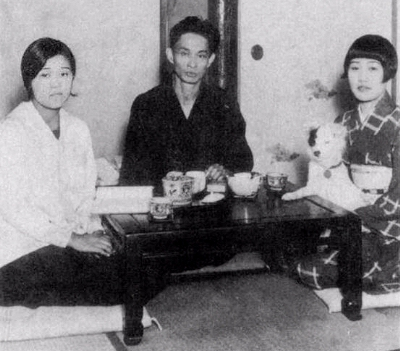 0196-yasunari_kawabata_with_wife_and_sister_1930.jpg