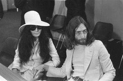 0266-yoko_ono_and_john_lennon_at_schiphol.jpg