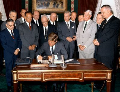 0282-president_kennedy_signs_nuclear_test_ban_treaty_07_october_1963.jpg
