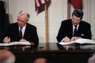 0282-reagan_and_gorbachev_signing.jpg