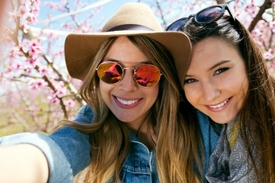 0323-two_beautiful_young_women_taking_a_selfie_in_the_field.jpg