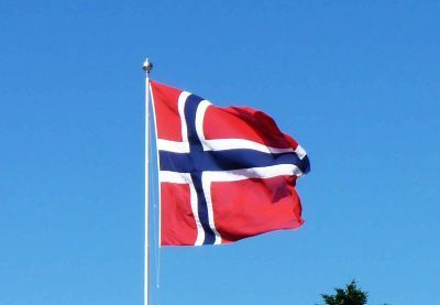 0336-norwegian_flag_atop_flobanen.jpg