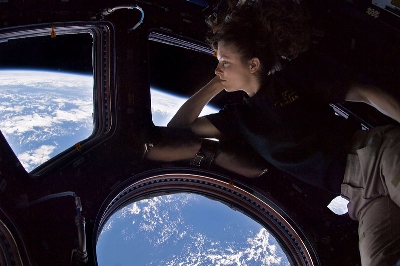 0092-tracy_coldwell_dyson_in_cupola_iss.jpg